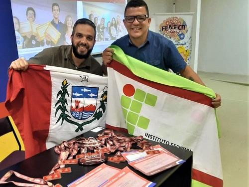 Os servidores Rafael Balbino e Rodolfo Luna representaram os demais participantes do Campus Santana, na cerimônia de premiação.jpeg