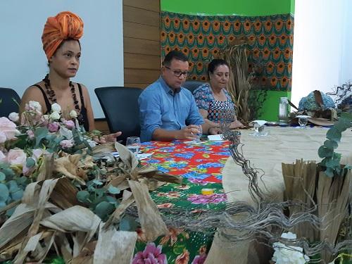 À direita do Anselmo, Tâmara Lúcia desenvolve pesquisas em sua área de fomação e participa de atividades de inclusão dos alunos para questões étnico-raciais.jpg