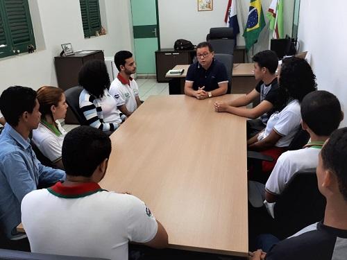 Ao fundo, o professor Anselmo Aroucha, por duas vezes pôde dirigir o Campus em que iniciou sua formação.jpeg