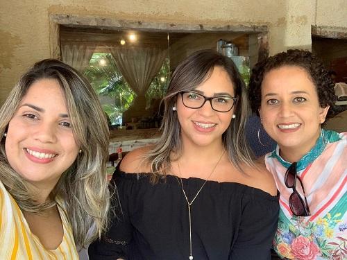 As experiências de formação de Márcia Gomes (no centro) foram divididas com Juliana Moraes (à direita), hoje docente do Campus Murici.jpeg